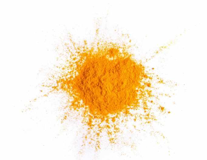 Curry Gewürz auf weißem Grund
